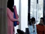 两美女在家做瑜伽