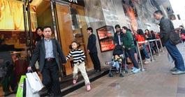 内地游客蜂拥香港抢购奢侈品