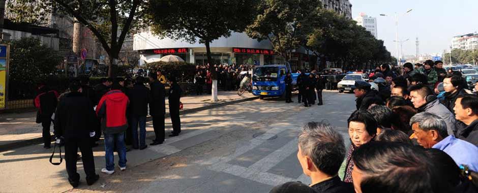 南京发生枪击抢劫案 储户银行门口被打死