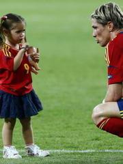 西班牙赛后陷入狂欢 托雷斯爱女抢尽风头
