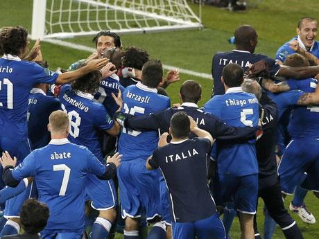 点球淘汰英格兰意大利球员狂喜庆祝