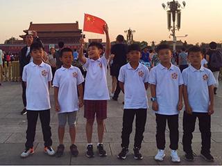 接受爱国主义教育 敢梦少年们集结观看升旗