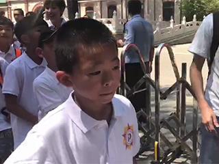 敢梦少年六小将探秘熊猫馆 见到国宝寸步不移眼神发亮