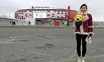 美女主持携小狮子打卡斯巴克体育场