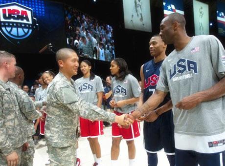 美国军队观看梦十训练 科比:国家荣耀无可比拟