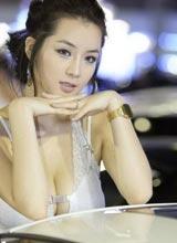 韩国性感车模胸太大 都挤变形了